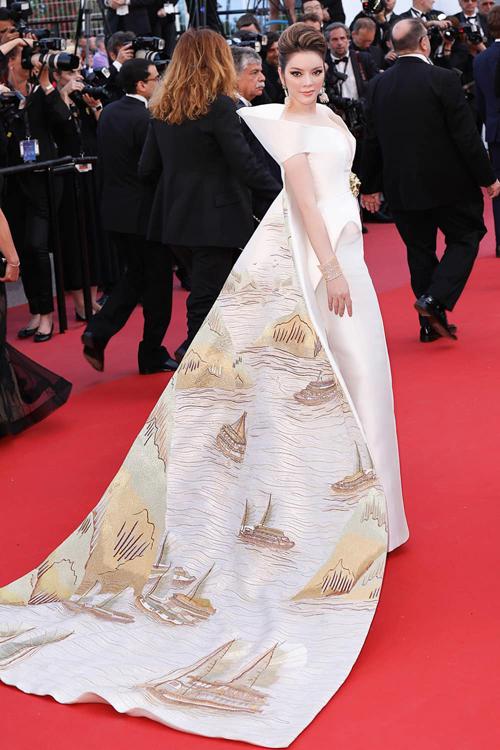 Bộ cánh lộng lẫy đi kèm áo choàng mô tả toàn cảnh hoành tráng của Vịnh Hạ Long được Lý Nhã Kỳ rất tâm đắc khi tham gia liên hoan phim quốc tế. Đây là một thiết kế kỳ công của nhà thiết kế Lê Thanh Hòa.