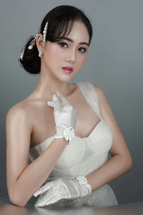 Nếu như với trang điểm thường ngày, chị em có thể thoải mái thử nghiệm các trend mới thì trong ngày cưới, lựa chọn an toàn lại là được hầu hết các cô dâu đặt lên hàng đầu. Makeup Hàn Quốc với đặc trưng là đề cao nét đẹp tự nhiênsẽ giúp nàng dâu thêm tự tin và vẫn là chính mình.