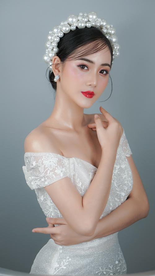 Dành cho tiệc cưới buổi tối hoặc cô dâu chọn phong cách sang trọng, bán cổ điển, màu son đỏ hồng sẽ là lựa chọn lý tưởng.