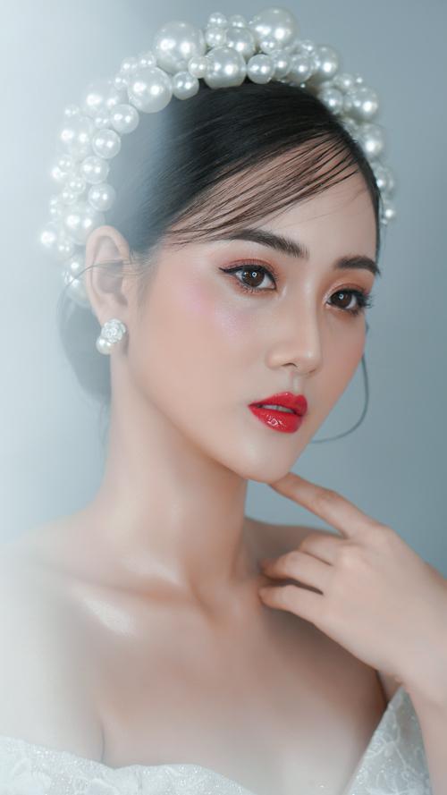 Bộ ảnh được thực hiện với sự hỗ trợ của trang điểm: Hồ Thiên Tuấn, làm tóc: Bạch Nhật An, nhiếp ảnh: KD Trần, váy cưới: Eleven S Bridal and Grown và người mẫu: Mỹ Nguyễn.