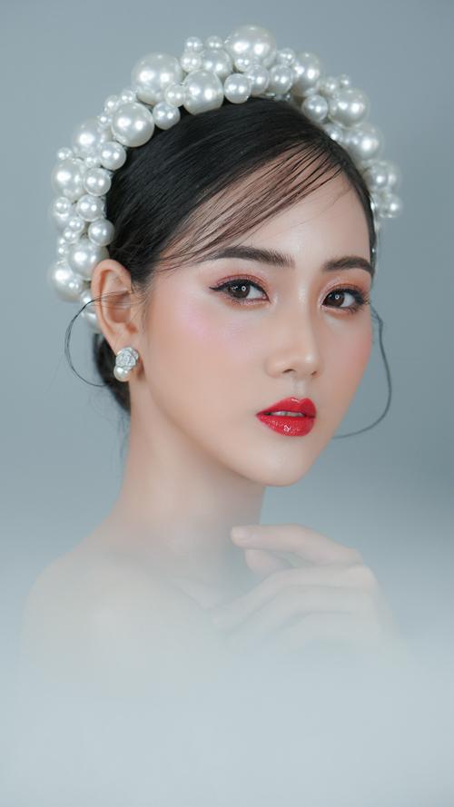 Cùng với đó, chuyên gia trang điểm khuyên cô dâu nâng tông phấn má và mắt, chú trọng bước highlight để tổng thể không bị nhạt nhòa.