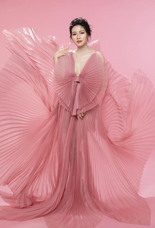 Tạo hình chiếc nơ to bản tạo nên sự phá cách cho chiếc váy màu hồng pastel. Thiết kế cổ chữ V xẻ sâu được Văn Phượng ưa chuộng vì tôn lên được sự quyến rũ của vòng một nhưng vẫn không quá hở hang.