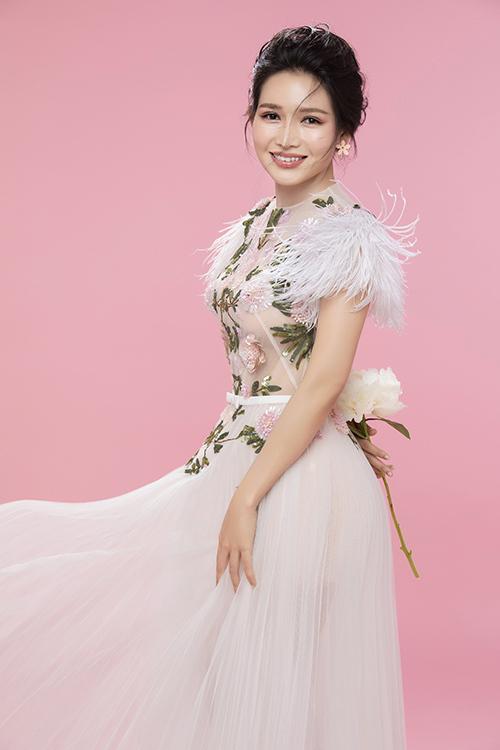 Văn Phượng sinh năm 1988, tốt nghiệp Đại học Sân khấu Điện ảnh TP HCM. Cô từng tham gia các phim Trở về, Vợ của chồng tôi và gần đây nhất là Mẹ ghẻ.
