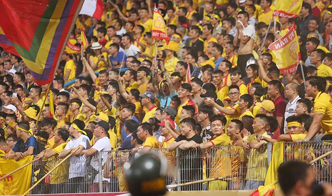 CĐV Nam Định nổi tiếng cuồng nhiệt bậc nhất tại V-League. Ảnh: Đương Phạm.