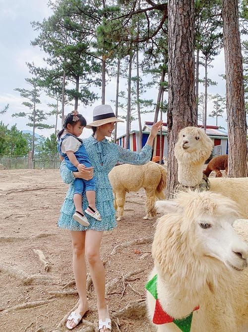 Hai nhóc tỳBoorin và Bboy nhà Diệp Lâm Anh lần đầu được mẹ đưa đi thăm sở thú trong chuyến du lịch ở Đà Lạt.