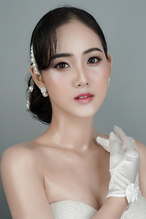 Mùa hè này, phong cách trang điểm Hàn Quốc cho ngày cưới vẫn tập trung ở lớp nền căng bóng như sương mai, đôi má ửng hồng, màu mắt nhạt, lông mày vẽ tự nhiên và đường eyeliner mảnh nhưng kết hợp thêm màu son sáng tạo làm điểm nhấn cho tổng thể.