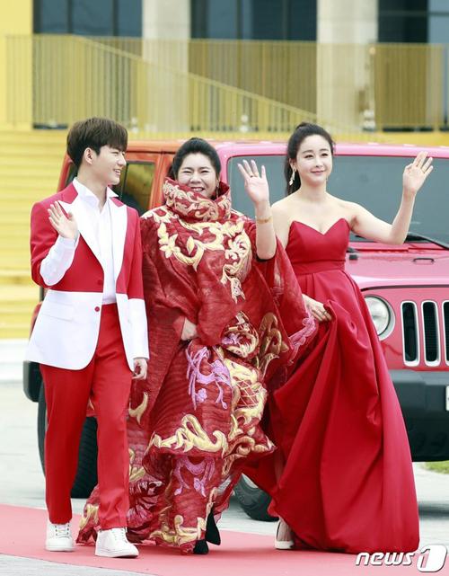 Mẹ chồng Ham So Won cũng hiện diện tại sự kiện.