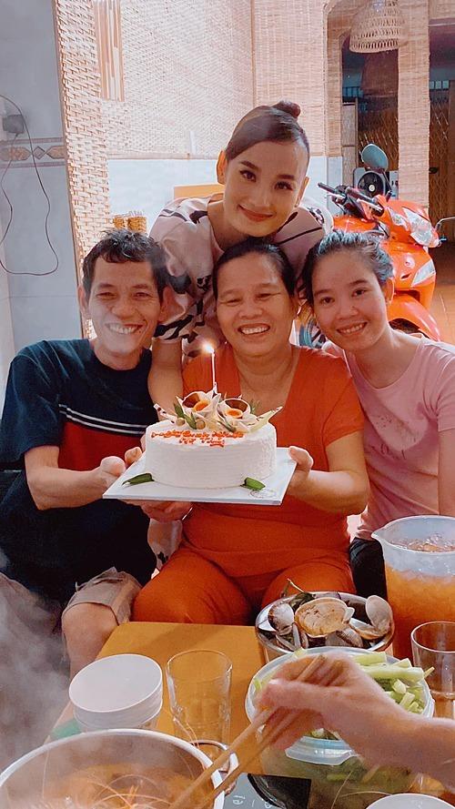 Lê Thúy cùng em gái và bốchúc mừng sinh nhật mẹ.