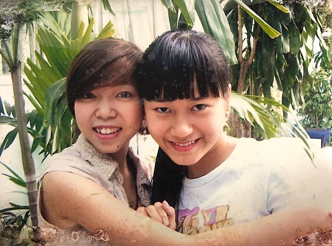 Lâm Vỹ Dạ (phải) thời trẻ bên người bạn thân.