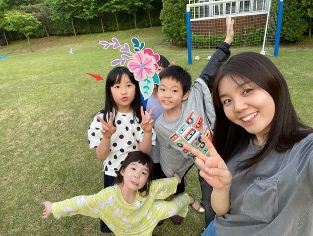 Con gái Lee Young Ae (mũi tên đỏ).