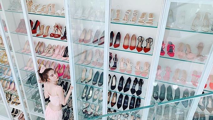 Ngọc Trinh khoe tủ để giày dép khủng của mình tại biệt thự.