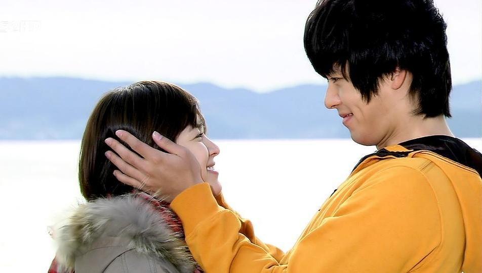 Song Hye Kyo và Hyun Bin đã có một sự kết hợp rất tình trong Thế giới họ đang sống. Phim được nhận xét là những thước phim của những người yêu nhau, do những xúc cảm của Song Hye Kyo - Hyun Bin trong tác phẩm rất chân thực, ngọt ngào. Nói về Song Hye Kyo, Hyun Bin từng thổ lộ: Trong mắt tôi, cô ấy là một phụ nữ hoàn hảo.