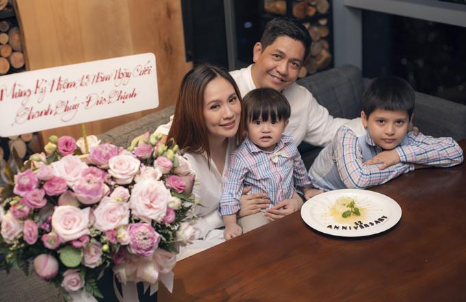 Gia đình Thanh Thúy - Đức Thịnh có một buổi tối giản dị, ấm cúng mừng ngày cưới.