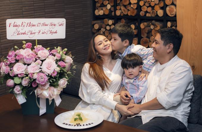 Bé Cà Phê tình cảm hôn má chúc mẹ luôn trẻ đẹp, hạnh phúc được bố yêu thương trọn đời.