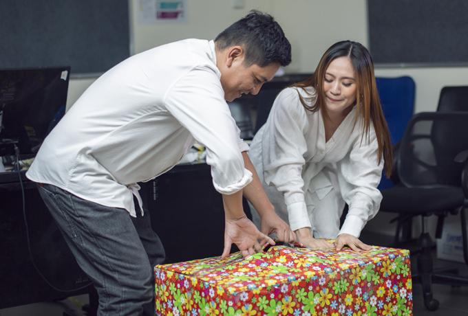 Hai vợ chồng chung tay mở hộp quà khủng.