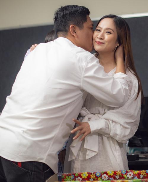 Đức Thịnh vừa hôn má vừa nói lời cảm ơn bà xã về món quà ý nghĩa. Anh mong hai vợ chồng sẽ luôn cùng nhau vun đắp, bảo vệ tổ ấm.