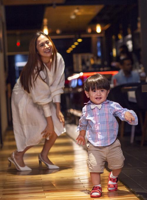 Sau đó gia đình Thanh Thúy đi ăn tối ở một nhà hàng. Cu Tết hơn 1 tuổi mới chập chững biết đi nên nữ diễn viên phải theo sát trông chừng con trai.