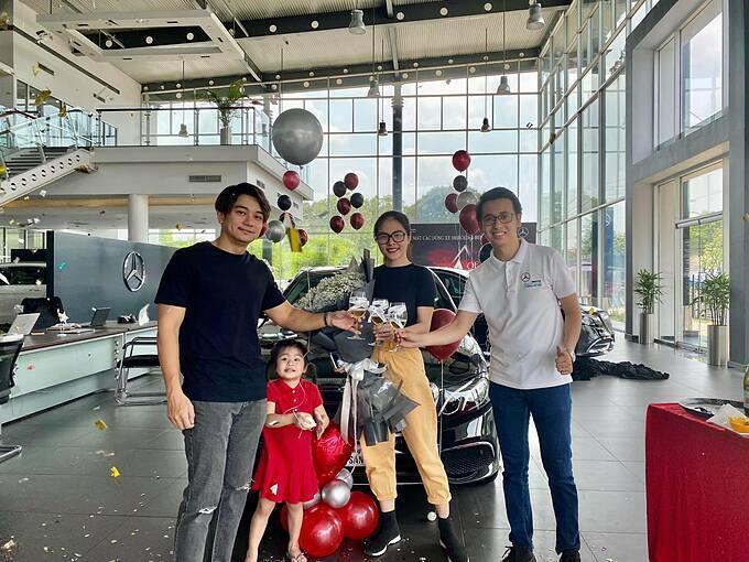 Vợ chồng Vân Trang tậu xe hơi mới.