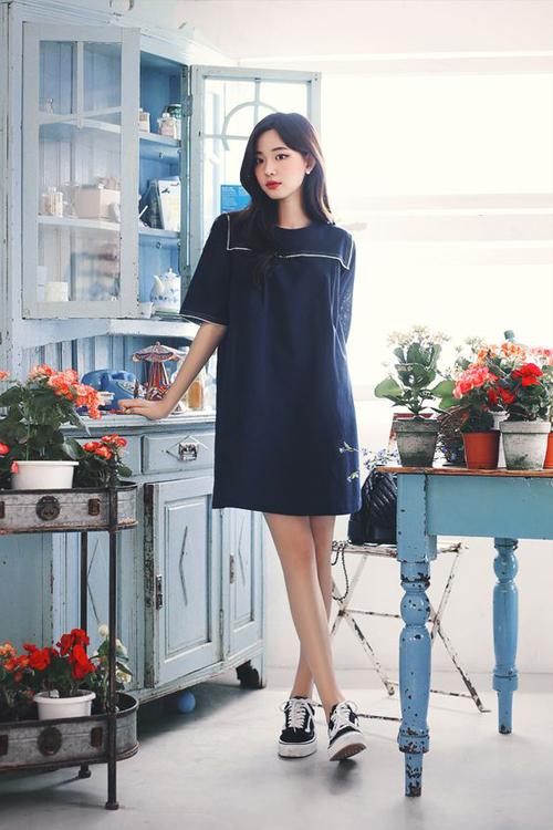Váy suông liền thân dáng maxi dễ khiến người mặc trông lùn và lọt thỏm trong vải vóc thùng thình. Chính vì thế những kiểu váy cao qua gối luôn được ưa chuộng hơn.