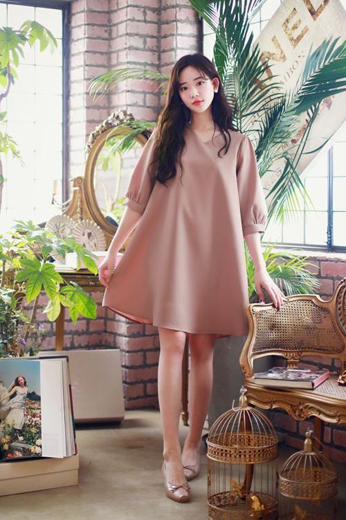 Váy suông dáng cánh bướm được bố trí thêm tay bồng, cổ V để khiến người mặc thêm phần xinh xắn.