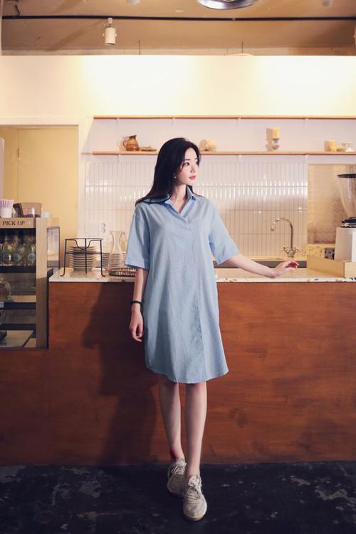 Ngoài tông trắng và màu trung tính được yêu thích, trang phục tông xanh mát mắt cũng là lựa chọn hợp lý trong những ngày nóng cao điểm.