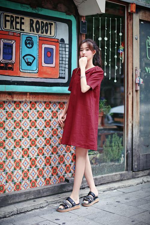 Ngoài chức năng giấu nhẹm vòng hai kém thon thả, váy suông còn là trang phục được yêu thích bởi tính tiện dụng và mang lại sự thoáng mát.