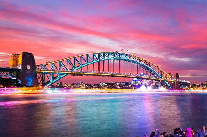 Cầu Harbour nhìn từ phía nhà hát Opera Sydney cũng là một địa điểm trình diễn đèn led hoành tráng của lễ hội. Ánh sáng trên đỉnh cầu sẽ liên tục thay đổi theo tiết tấu hoặc trên nền nhạc sôi động.