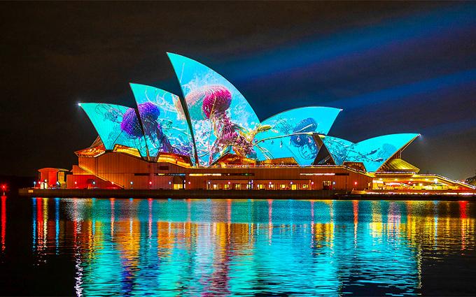 Hầu hết những công trình kiến trúc nổi tiếng ở Sydney như The Rocks, bến Circular Quay, vườn bách thảo Hoàng Gia, cảng Darling, công viên giải trí Luna hay khu ngoại ô Chatswood,được phủ màu ánh sáng rực rỡ, liên tục biến đổi linh hoạt theo chủ đề, cốt truyện.