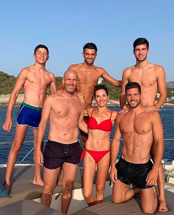 Enzo, Luca, Theo và Elyaz đều đã trở thành những chàng thanh niên khỏe mạnh, đẹp trai. Mỗi năm, nhà Zidane cùng nhau đi du lịch nhiều lần. Cả nhà huyền thoại Pháp được ngưỡng mộ khi đều sở hữu thân hình săn chắc, khỏe khoắn. Ở tuổi ngoại tứ tuần, Zidane không phát phì như nhiều đồng nghiệp cùng thời còn bà xã Veronique dù qua 4 lần sinh nở và hơn tuổi chồng nhưng vẫn duy trì được vóc dáng đáng ngưỡng mộ. 4 chàng trai nhà Zidane cũng đều khoe 6 múi sau những tháng ngày miệt mài tập gym.