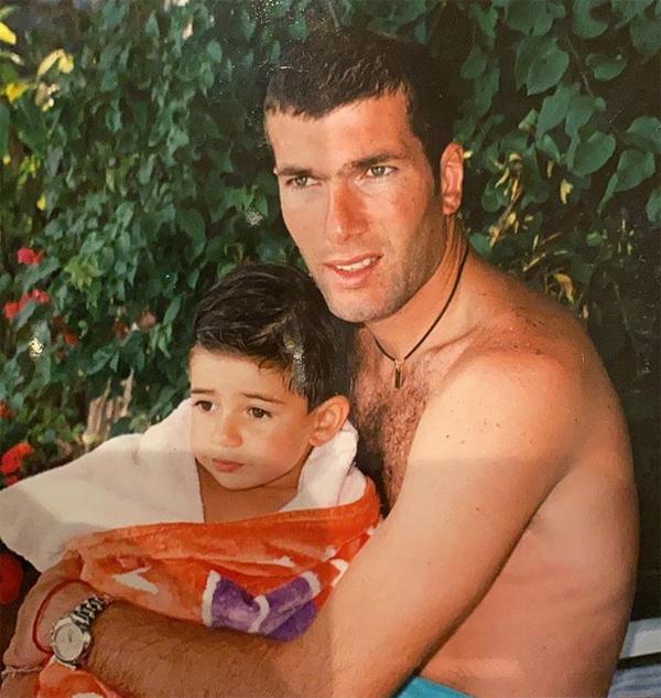 HLV Zidane bên cậu cả Enzo ngày nhỏ. Chàng thanh niên 25 tuổi được đặt tên theo thần tượng của bố là cựu danh thủ Uruguay Enzo Francescoli. Enzo chào đời khi bố đang khoác áo Bordeux. Khác với ba em trai, Enzo mang họ mẹ.