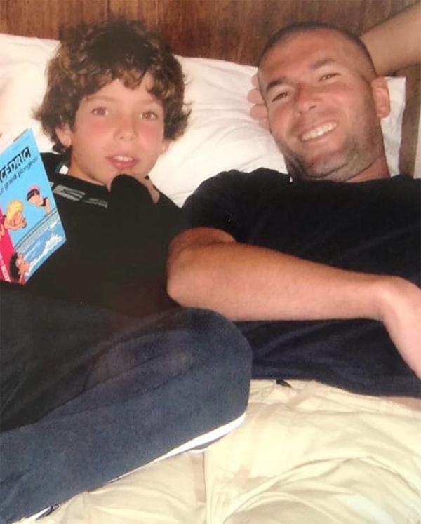 Huyền thoại Zidane bên cậu con trai thứ hai Luca ngày còn nhỏ. Luca kém Enzo ba tuổi và chào đời khi bố đang thi đấu cho Juventus.