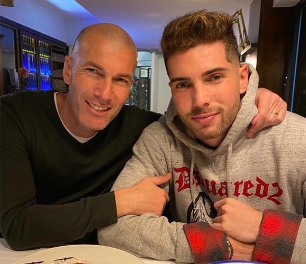 HLV Zidane bên cậu con trai thứ hai nay đã 22 tuổi. Khác với anh và hai em trai, Luca chọn chơi ở vị trí thủ môn để không bị so sánh với bố. Luca cũng thuộc biên chế Real nhưng đang thi đấu choRacing Santander theo hợp đồng cho mượn.