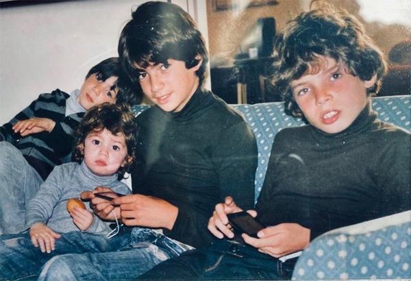 Vợ chồng nhà vô địch World Cup 1998 có 4 cậu con trai là Enzo, Luca, Theo và Elyaz. Trên trang cá nhân, thi thoảng Zidane vẫn chia sẻ lại hình ảnh ngày nhỏ của các con để chúc mừng sinh nhật. Hôm 24/3, nhân sinh nhật cậu cả Enzo, cựu sao 47 tuổi đăng ảnh ngày thơ bé của 4 cậu con trai.