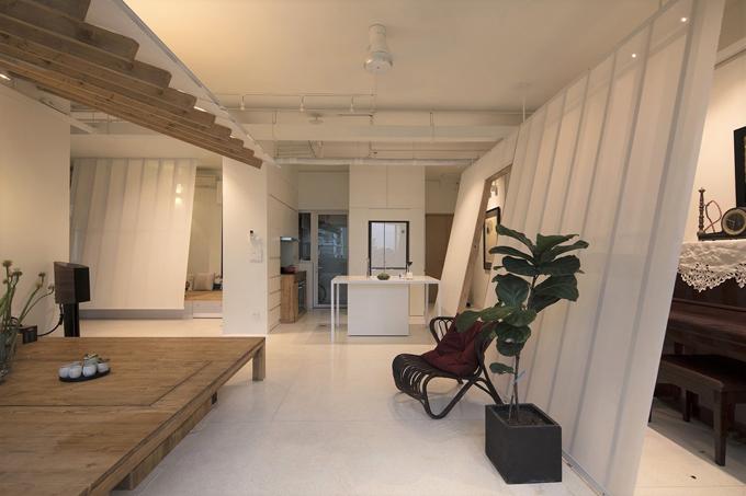 Căn hộ có kết cấuđộc đáotại TP HCMđược hoàn thiện năm 2017 bởi Voides. Trước khi cải tạo, căn hộ có thiết kế điển hình của nhà đô thị ở TP HCM, được chia thành các phòng nhỏ, ngăn bởi tường xi măng.
