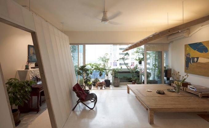 Các bức tường để phân tách không gian, trần thạch cao đã được gỡ bỏ để tạo sự thoáng đãng. Ban công trở thành khu vực trung tâm căn hộ với nhiều cây xanh.