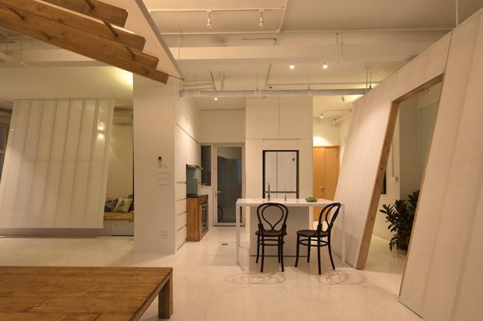 Điểm đặc sắc của căn hộ là sử dụng các vách nghiêng chia tách không gian sinh hoạt với độ dốc, kích thước khác nhau. Tùy thuộc vào các góc và khoảng cách tường, mỗi vách nghiêng tạo ra không gian sống linh hoạt với chức năng cụ thể theo nhu cầu.