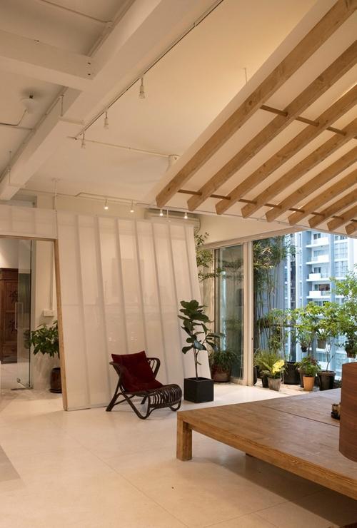 Để giúp gia chủ kết nối với thiên nhiên nhiều nhất có thể, nhóm kiến trúc sư (KTS) đã tạo nên hai khe hở trên bức tường giữa phòng ngủ và ban công. Tường, sàn, trần nhà được sơn và dùng gạch terrazzo màu trắng.