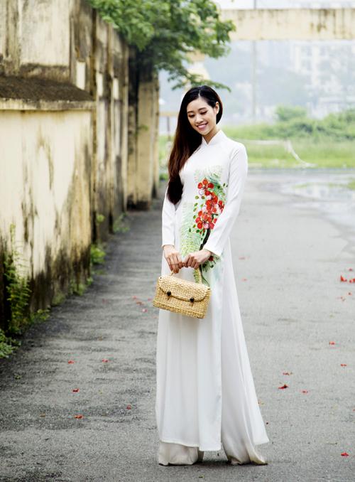 Khánh Vân bồi hồi khi diện trang phục nữ sinh trung học làm mẫu ảnh.