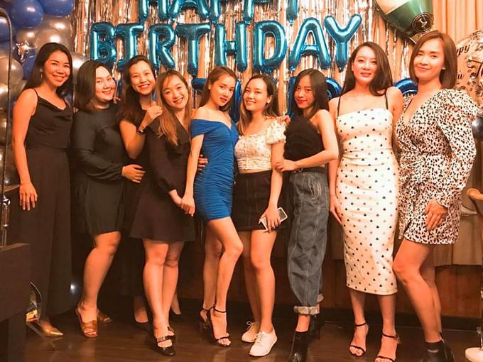 Nhã Phương thay chiếc váy ôm màu xanh, tôn vai trần. Cô chụp hình kỷ niệm cùng hội bạn thân khi đón tuổi 30.