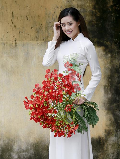 Vào hè, hoa phượng nở đỏ rực khắp sân trường, Khánh Vân hay được bạn học hái tặng những chùm phượng vĩ đẹp nhất.