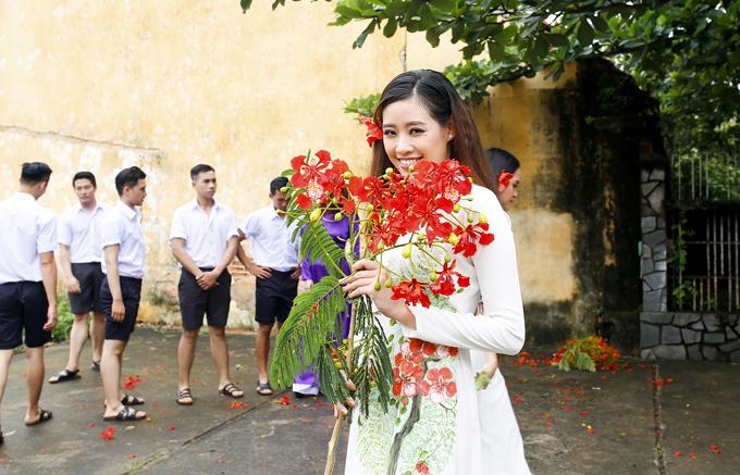 Bộ ảnh có sự tham gia của một số người mẫu thuộc Team Model Saigon trong vai các nam, nữ sinh hồn nhiên, tinh nghịch.