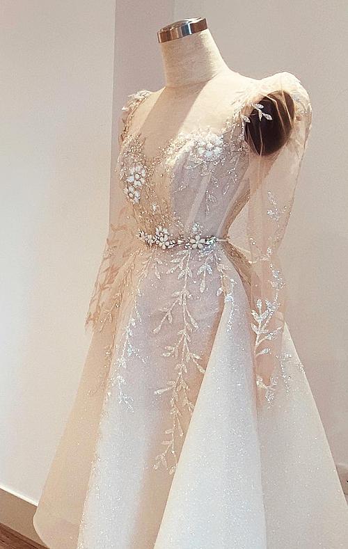 Thiết kế lấy cảm hứng từ vẻ đẹp của thiên nhiên, những hạt sương mai đọng trên lá, phù hợp với những cô dâu định hình phong cách thời trang nhẹ nhàng, lãng mạn.