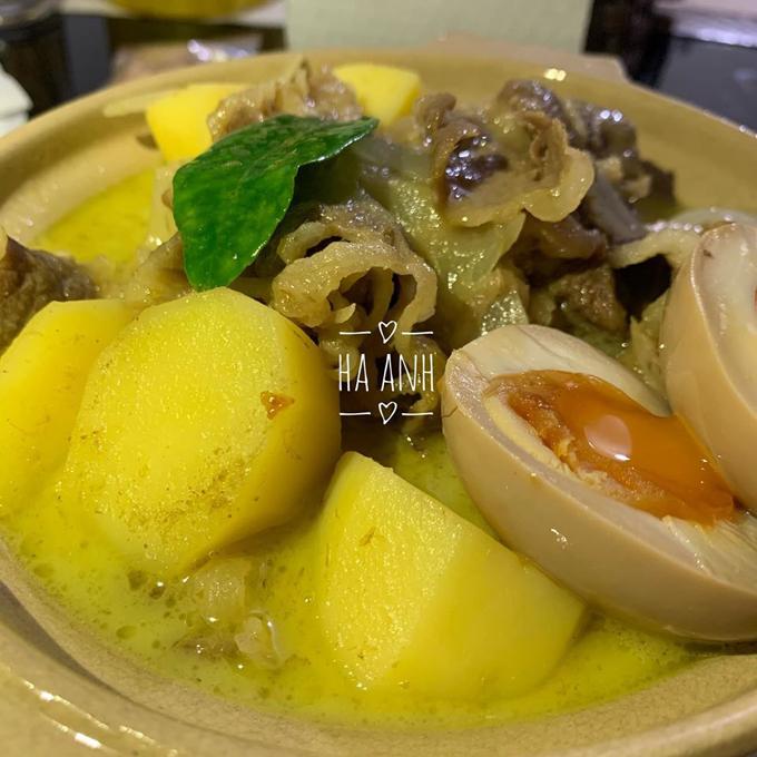 Món cà ri do chị trổ tài. Hà Anh thường dựa vào trực giác để nêm nếm cho món ăn thay vì tuân theo công thức, định lượng cụ thể.