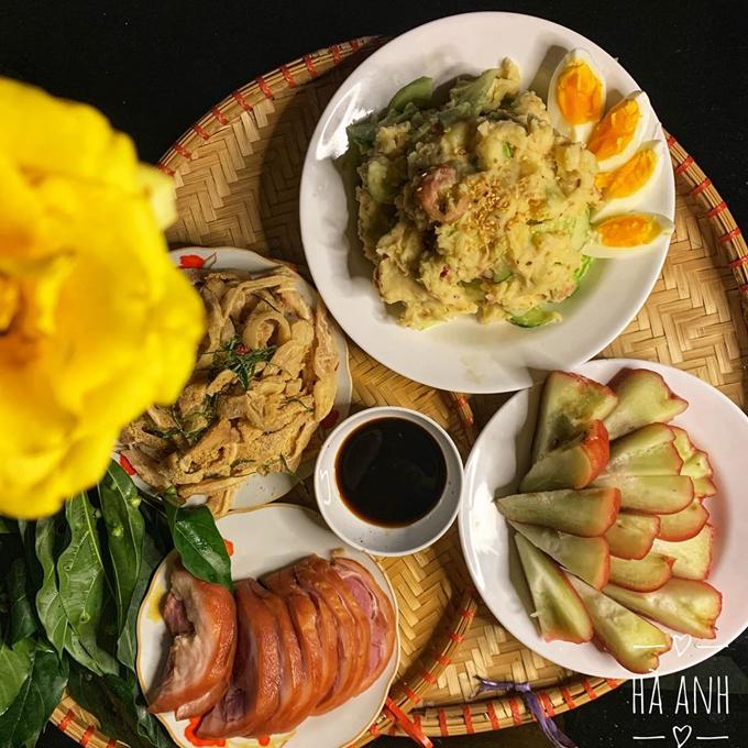 Các bữa cơm nhà của Hà Anh (cô giáo, 27 tuổi, Hà Nội) dành cho chị và chồng. Do hai vợ chồng rất thích thịt nên các bữa ăn thường xuyên có món này với các cách chế biến khác nhau. Thực đơn bữa ăn gồm có: salad khoai tây, nem tai, chân giò muối.