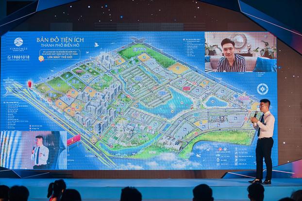 Diễn viên Mạnh Trường là sao Việt đầu tiên gọi điện đến chương trình để được tư vấn sản phẩm thông qua livestream.