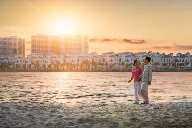 Bờ cát trắng dài 1,4km tại hồ Ngọc Trai là nơi dạo bộ thư thái mỗi chiều dưới ánh hoàng hôn.