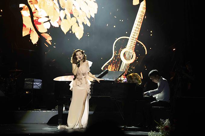Nhạc sĩ Phú Quang đệm đàn cho Ngọc Anh hát trong liveshow Mùa thu giấu em tháng 8/2019.