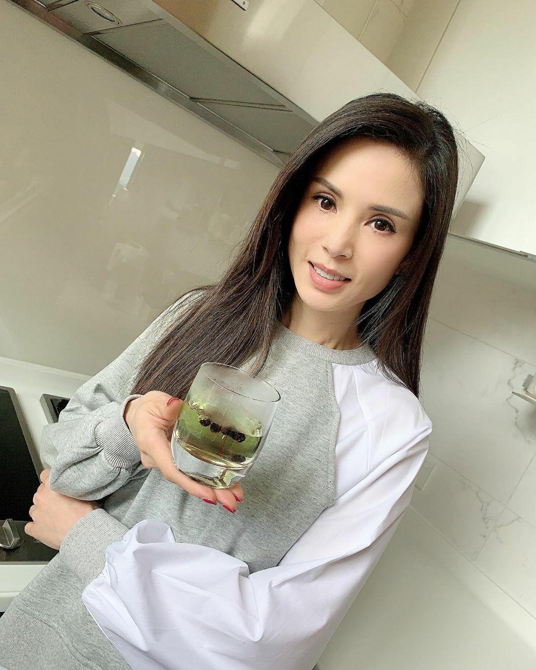 Nữ diễn viên có thói quen uống hắc kỷ tử cùng saffron để ngăn ngừa lão hóa, bảo vệ sức khỏe.