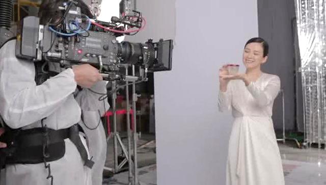 Chương Tử Di ghi hình quảng cáo hồi tháng 4.