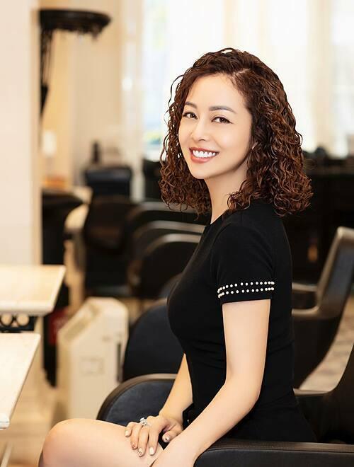 Jennifer Phạm khoe kiểu tóc xoăn mới làm.